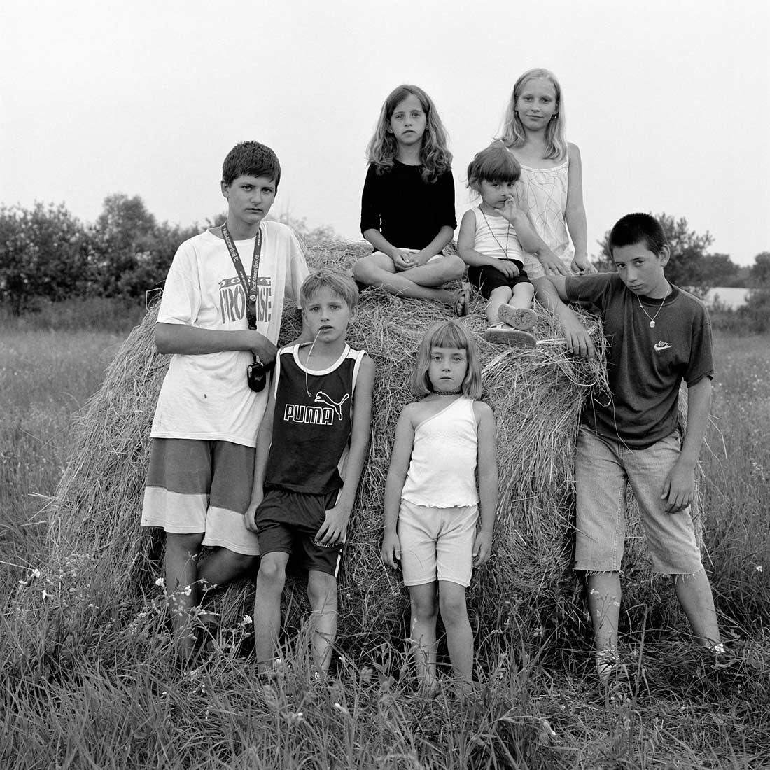 Kinder auf Strohballen