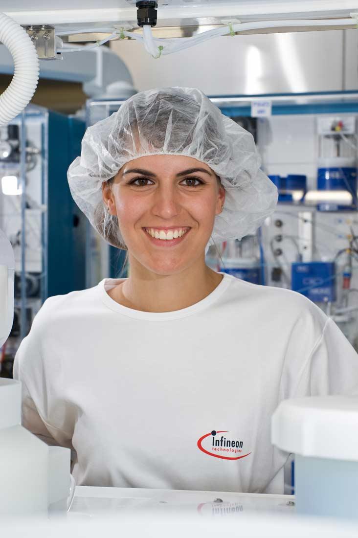 Studentin des dualen Studiums Mikrosystemtechnik - Infineon Technologies AG
