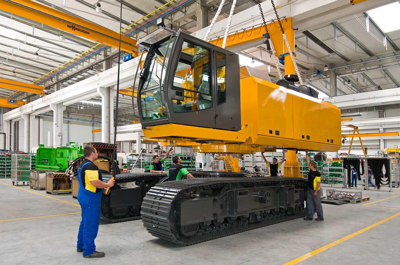 Montage von Ober-und Unterwagen - Sennebogen Maschinenfabrik GmbH