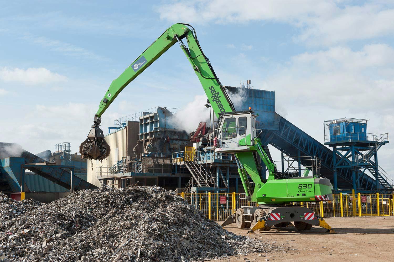 Sennebogen 830 beschickt den weltweit größten Shredder  -  Newport, Wales