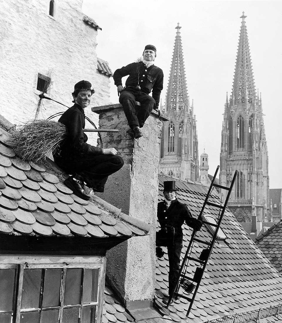 Kaminkehrermeister mit Geselle und Stift - Regensburg 1986