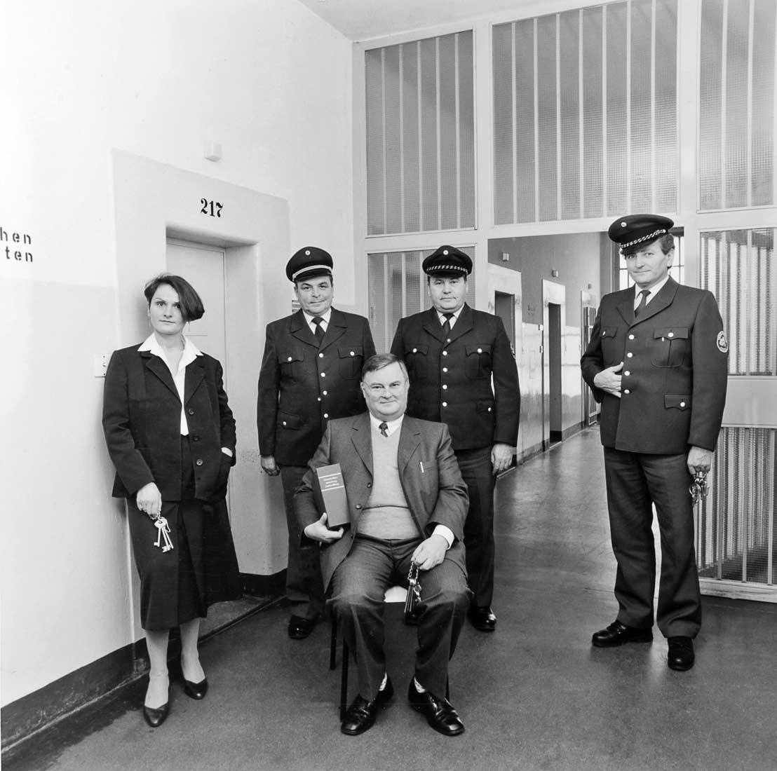 Leiter der Justizvollzugsanstalt mit Vollzugsbeamten - Regensburg 1986