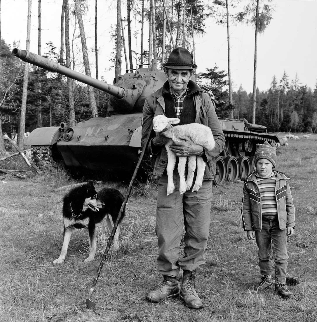 Schäfer mit Enkel am Truppenübungsplatz - Roding 1990