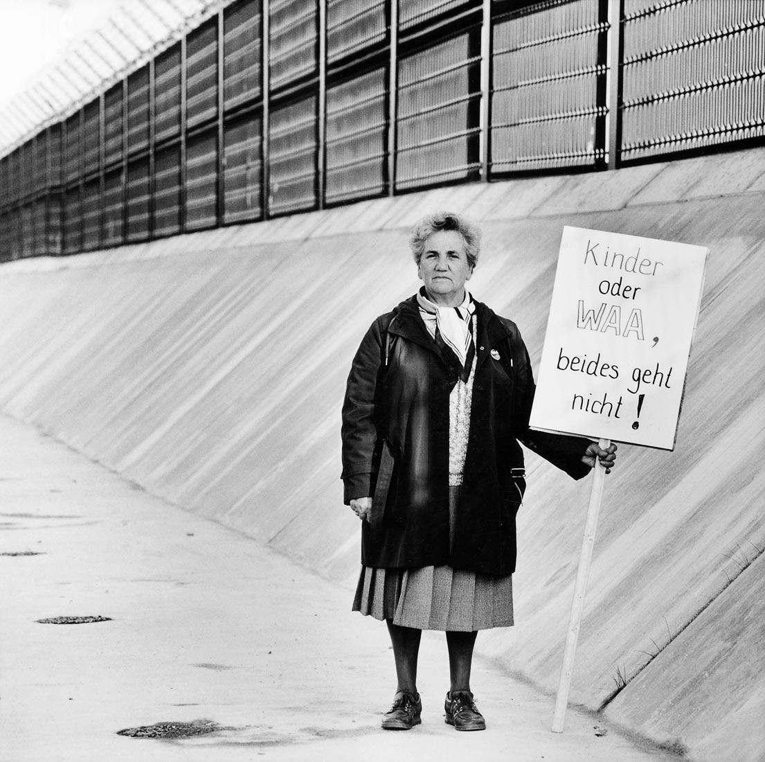 WAA Gegnerin vor dem Bauzaun der Wiederaufbereitungsanlage  - Wackersdorf 1987